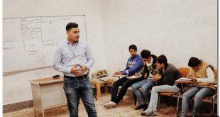 طالب يلقي محاضرات مجانية